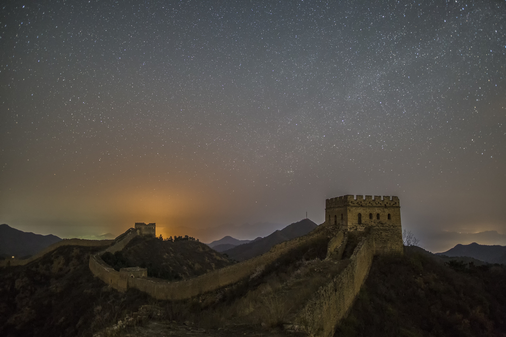What makes the Great Wall of China the only man-made object visible from space?